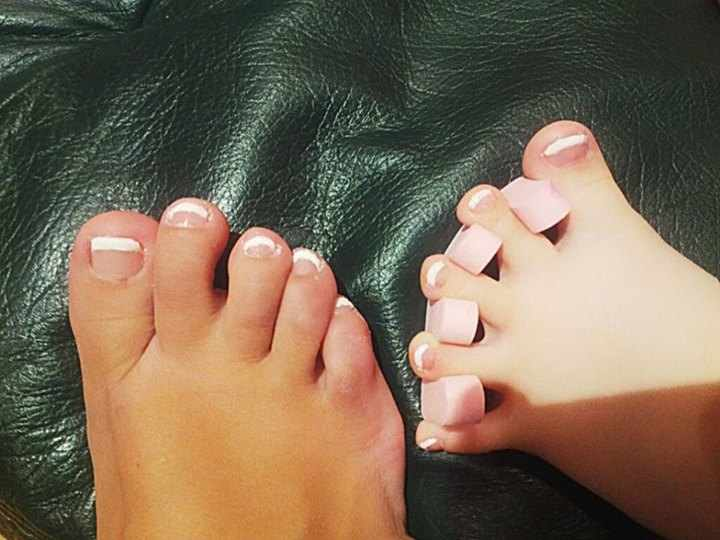 Mother-daughter-feet-with-matching-toe-polish-16